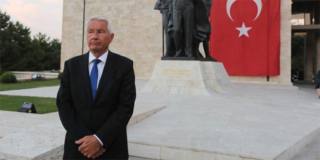 'Türkler yalnız'