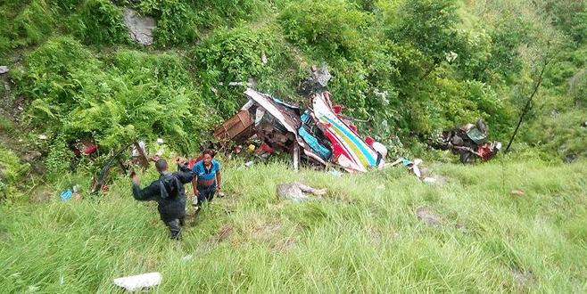 Yolcu otobüs devrildi: 33 ölü