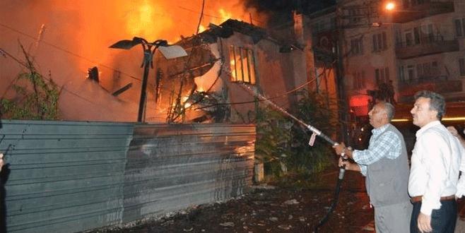 Bursa'da 3 katlı ev küle döndü