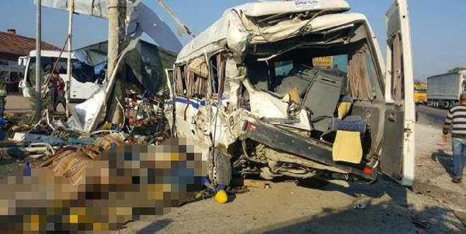 Korkunç kaza! TIR minibüsü biçti: 2 ölü, 9 yaralı