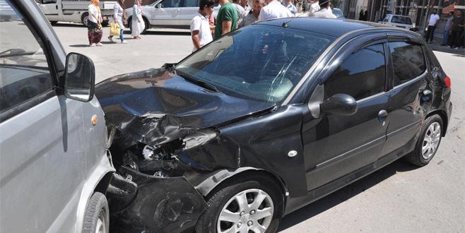 Bursa'da trafik kazası: 4 araç ve bir ev hasar gördü