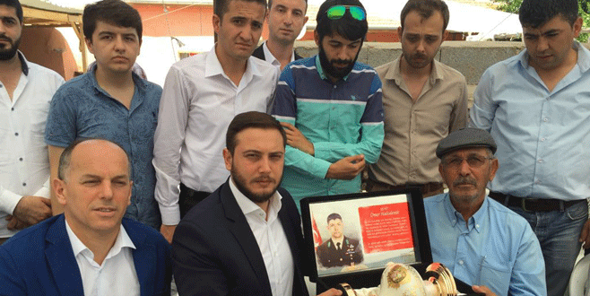 AK Partili gençlerden şehit Halisdemir'e ziyaret