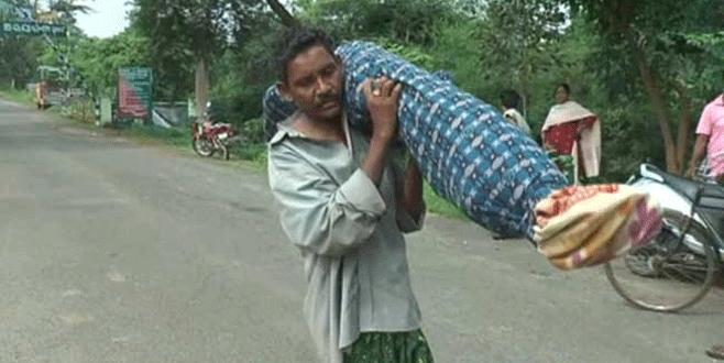 Ölen karısını sırtında taşıdı
