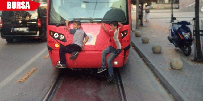 Tramvayda tehlikeli yolculuk