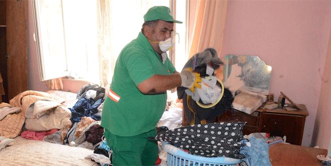 Bursa'da bir evden üç kamyon çöp çıktı