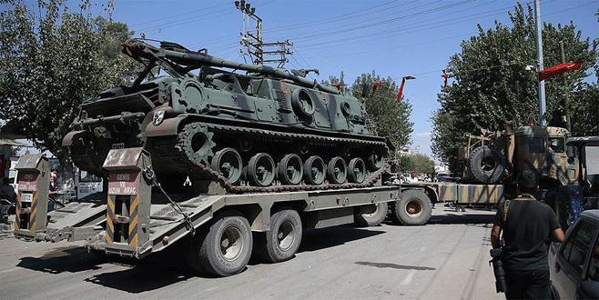 Suriye sınırına zırhlı araç ve tank takviyesi