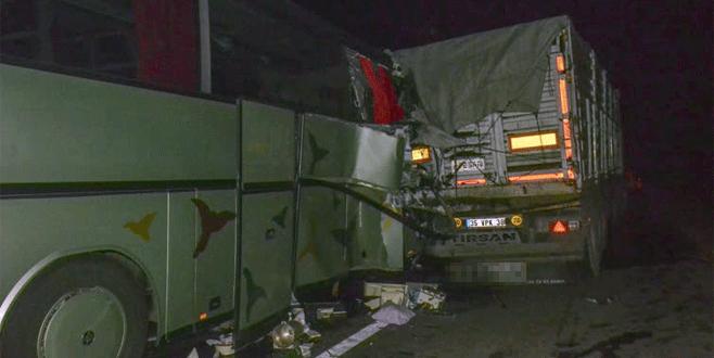 Tur otobüsü TIR'a çarptı: 1 ölü, 38 yaralı