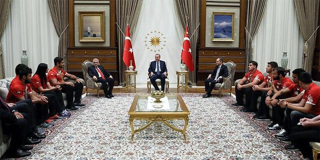 Erdoğan madalya alan sporcuları kabul etti