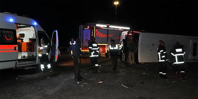 Düğüne gidenleri taşıyan midibüs devrildi: 15 yaralı