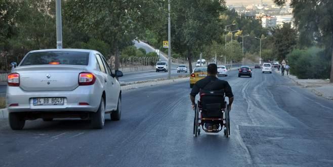 Tekerlekli sandalyeyle otomobillere meydan okudu!