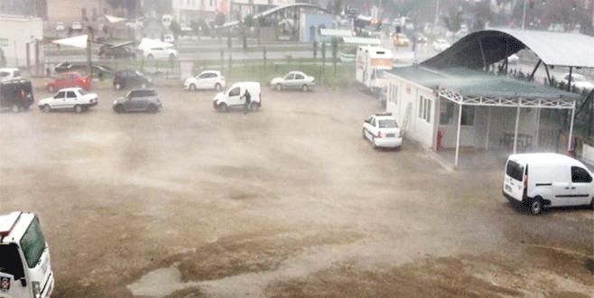 Bursa'da şiddetli fırtına ve yağmur hayatı felç etti