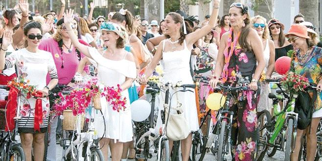 Süslü kadınlar pedal çevirecek