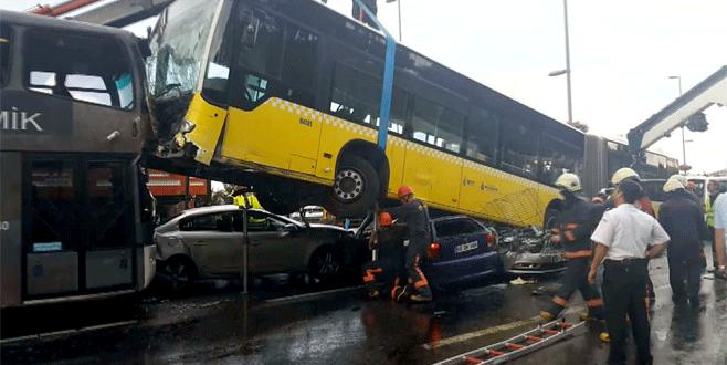 Yoldan çıkan metrobüs kaza yaptı