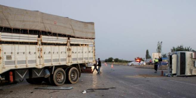 İşçileri taşıyan minibüse kamyon çarptı: 9'u ağır 31 yaralı