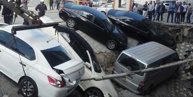 Yol çöktü: 5 araç çukura düştü