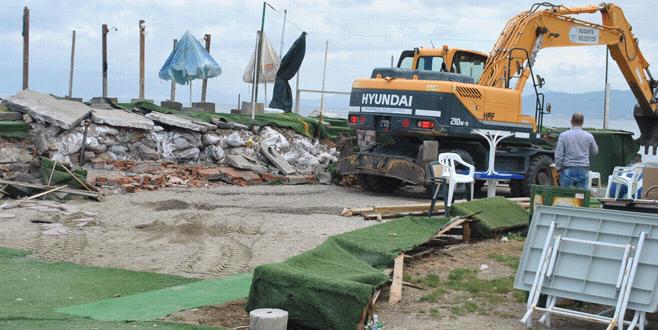 Mudanya'da kıyı çizgisine uygun olmayan kafe ve beachler yıkıldı