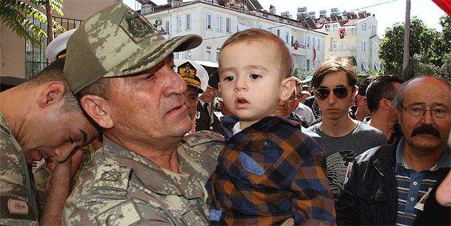 Şehidin bebeği komutanın kucağından inmedi
