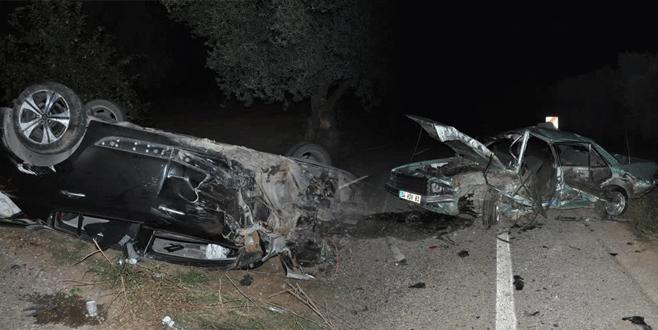 Bursa'da iki otomobil kafa kafaya çarpıştı: 1 ölü, 2 yaralı