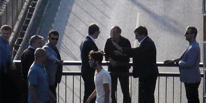 Köprüden atlamak isteyen adamı Bursa Valisi engelledi