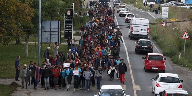 Sığınmacılar sınıra yürüyor