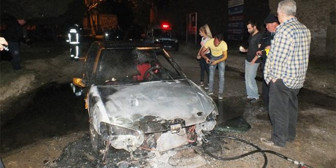 Bursa'da park halinde alev alan otomobil küle döndü