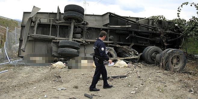 Bursa'da hindi taşıyan kamyon devrildi: 1 ölü