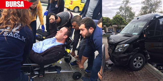 Sürücüsü sara nöbeti geçiren minibüs duvara çarptı