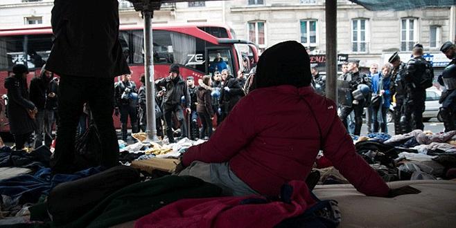 Polis sığınmacı kampını bastı
