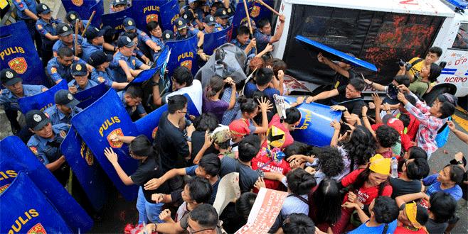 Polis aracı kalabalığa daldı
