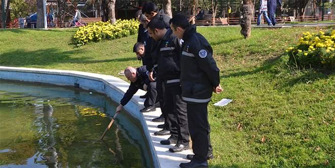 Göle atılan 1 dolarlık banknotlar polisi alarma geçirdi