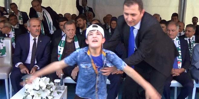 Esed aleyhine slogan attı, Cumhurbaşkanı Erdoğan'a sarıldı