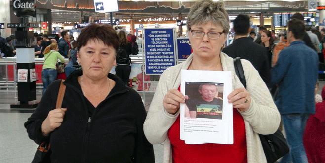 Ellerinde fotoğraflar kaybolan kardeşlerini arıyor