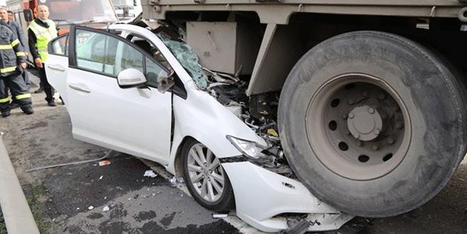 Feci kaza! Otomobil kamyonun altına saplandı