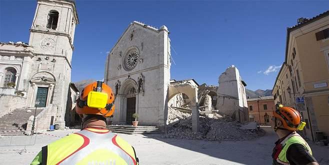 İtalya'daki depremin ardından zemin 70 santimetre çöktü