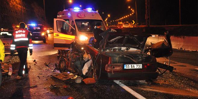 TIR'a çarpan otomobil hurdaya döndü: 3 ölü, 2 yaralı