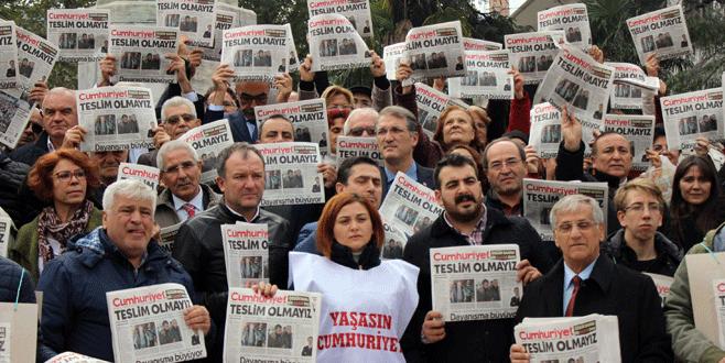 CHP'liler Cumhuriyet Gazetesi dağıttı