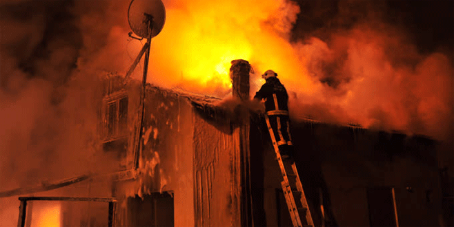 Bursa'da yangın: İki ahşap ev küle döndü