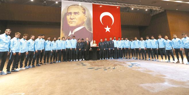 Millilerden Atatürk için saygı duruşu