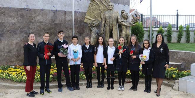 Öncü Okulları'na Atatürk anıtı