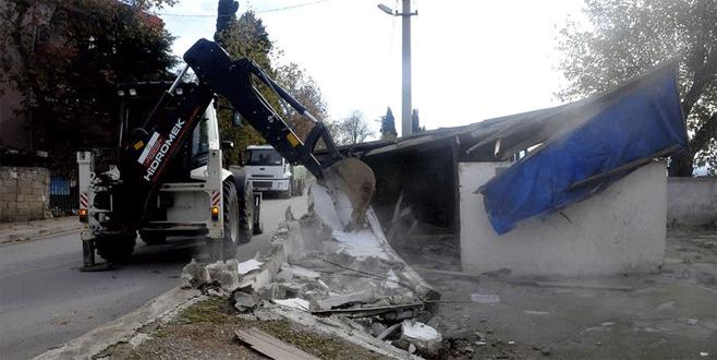 Belediye başkanı babasının ahırını yıktı