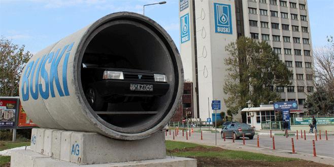 Kanalizasyon borularının içinde otomobil