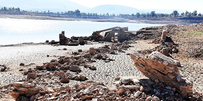 Sular çekildi, üç asırlık köy ortaya çıktı