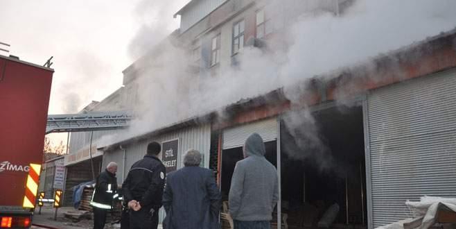 Bursa'da mobilya imalathanesinde korkutan yangın!