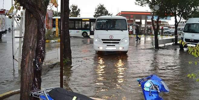 Şiddetli yağış hayatı olumsuz etkiledi! Okullar tatil edildi