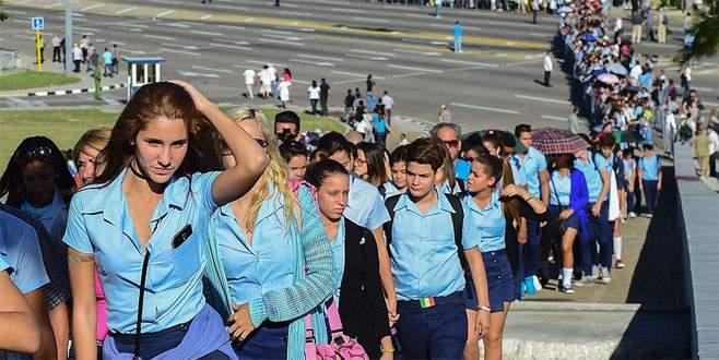 Binlerce Kübalı Fidel için saygı duruşunda