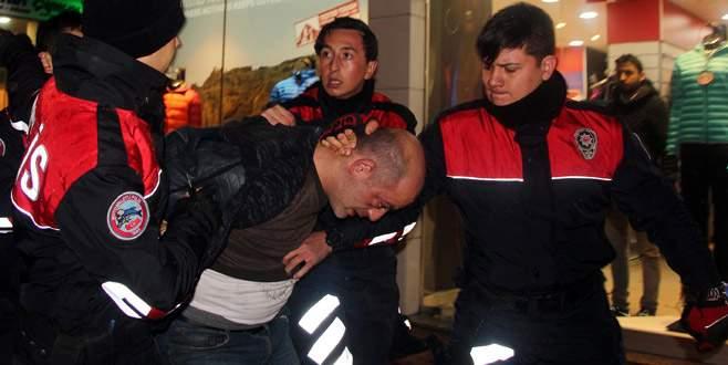 Kimlik kontrolü yapan polise kafa attı