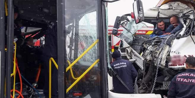 Belediye otobüsü kamyonla çarpıştı: 11 yaralı