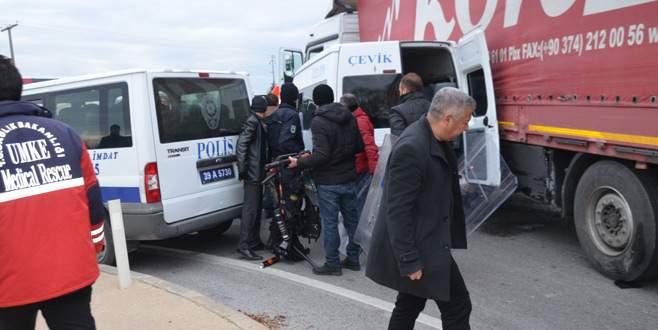 Polis minibüsü ile TIR çarpıştı: 11 polis yaralı