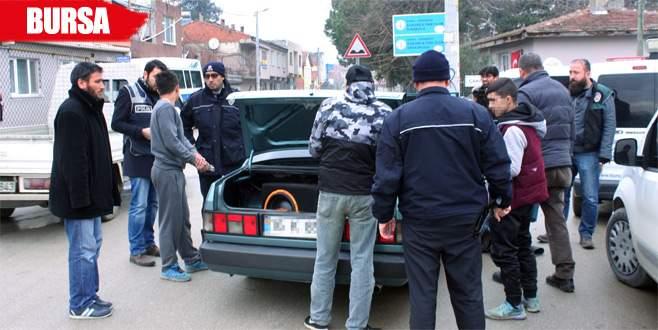 Arabada uyuşturucu partisi yaparken polise yakalandılar