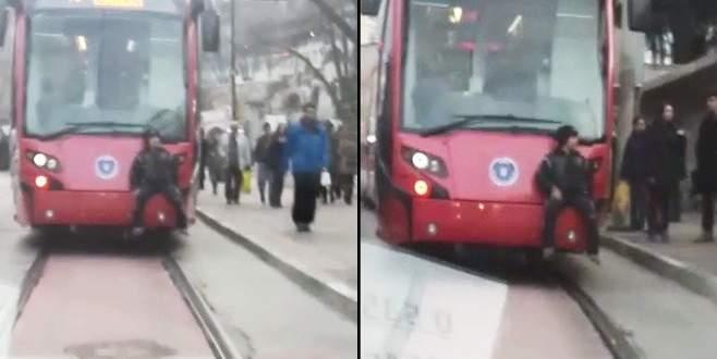 Tramvay arkasında tehlikeli yolculuk